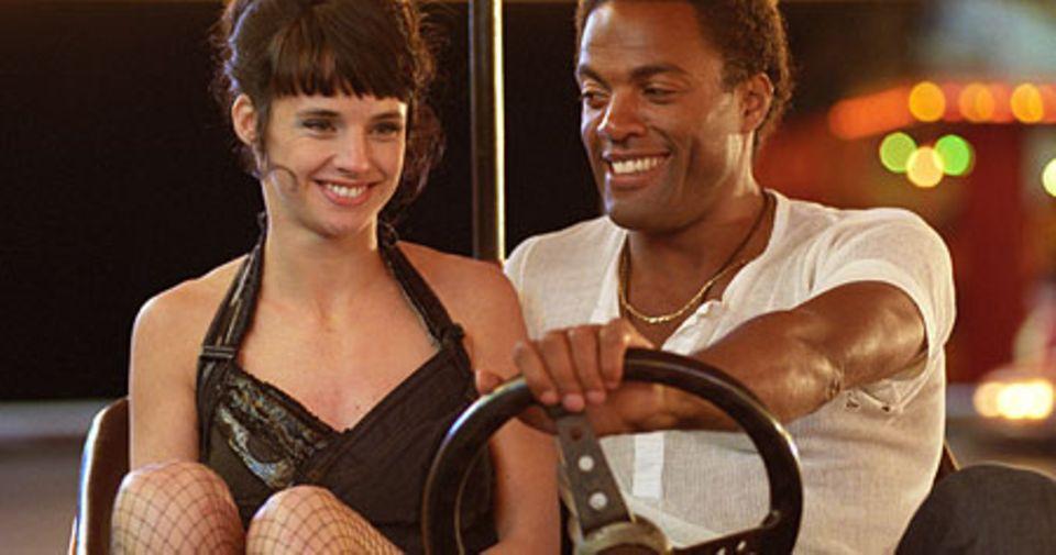 Lulu (Jennifer Decker) und Jimi (Ray Fearon) treffen sich am Autoscooter