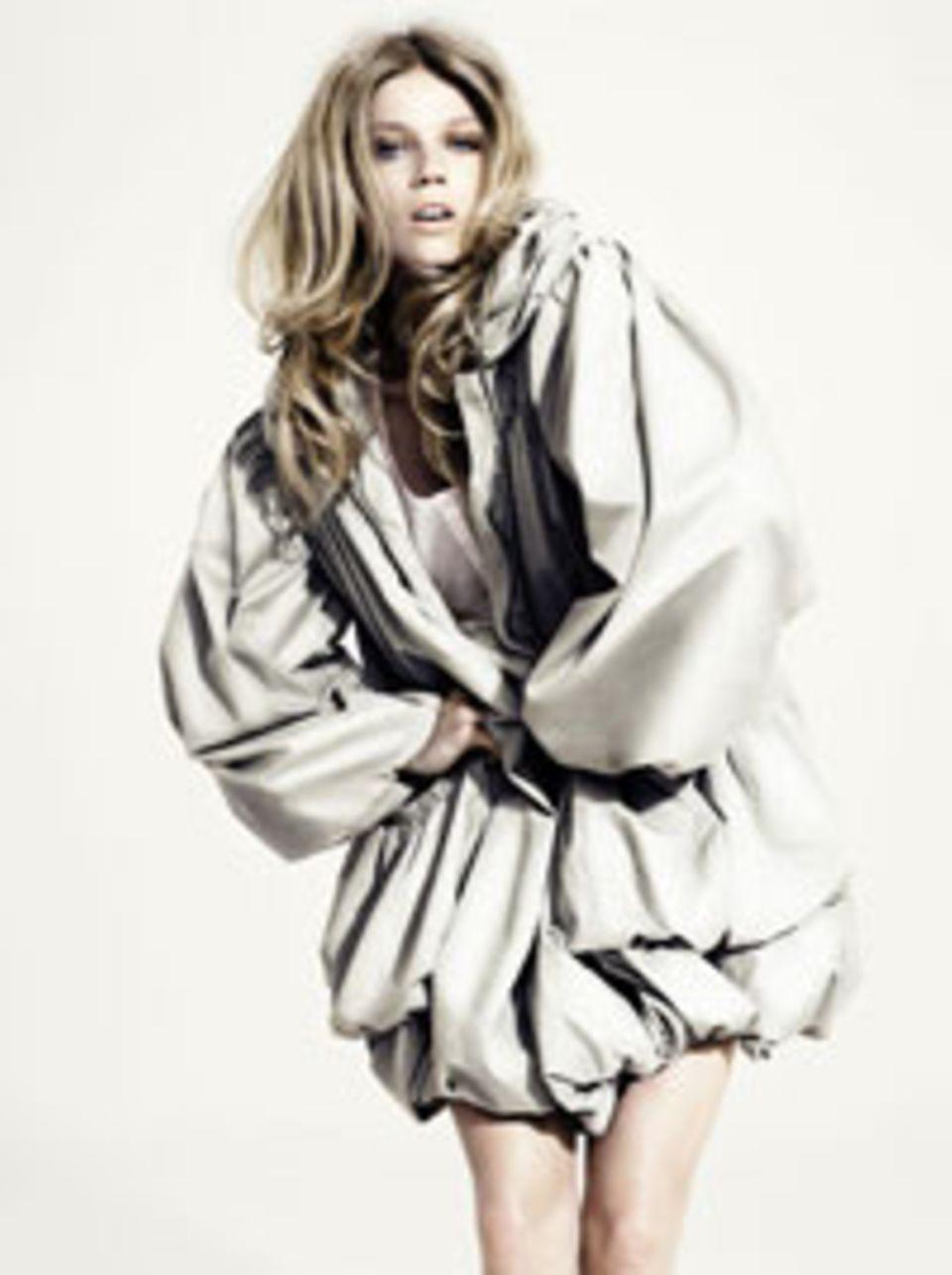 Oversize-Modell in zartem Grauton von  H&M, um 80 Euro