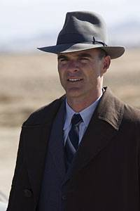 Detective Lester Ybarra (Michael Kelly)