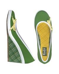 Raffiniert-sportliche Wedge-Ballerinas in knalligem Grün mit Schleifchen von Keds, ca. 64,99 Euro.