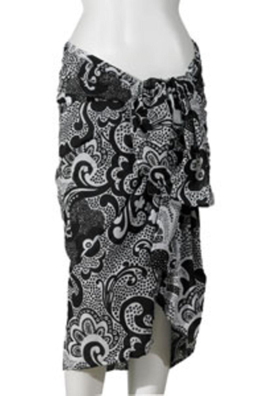Pareo von Rip Curl mit Blumenmuster in Schwarz/Weiß, ca. 27 Euro.