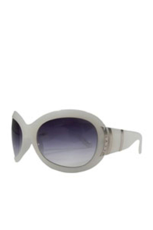 Große Sonnenbrille in Weiß mit silberenen Details von Jee Vice, um 170 Euro.