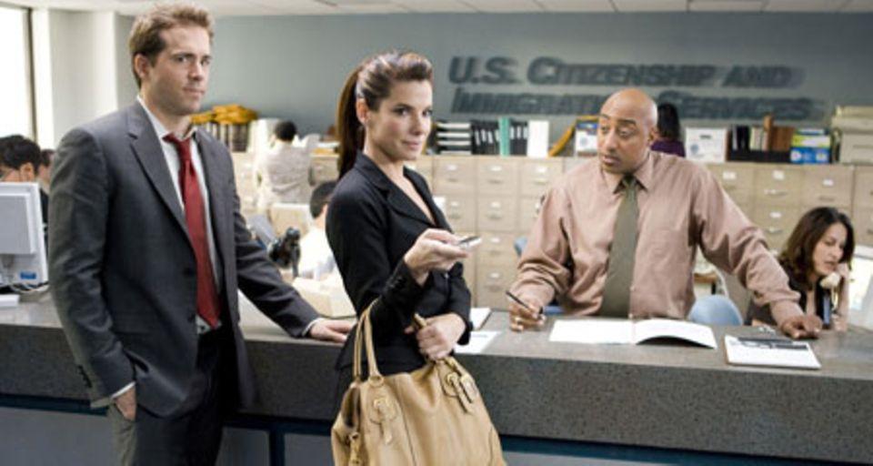 Margaret (Sandra Bullock) und Andrew (Ryan Reynolds) bei der Einwanderungsbehörde