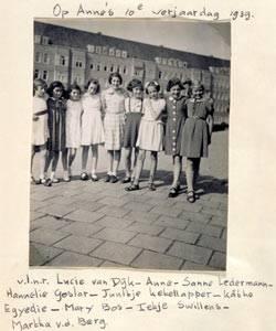 Anne Frank an ihrem 10. Geburtstag 1939 in Amsterdam (2. v. l.)