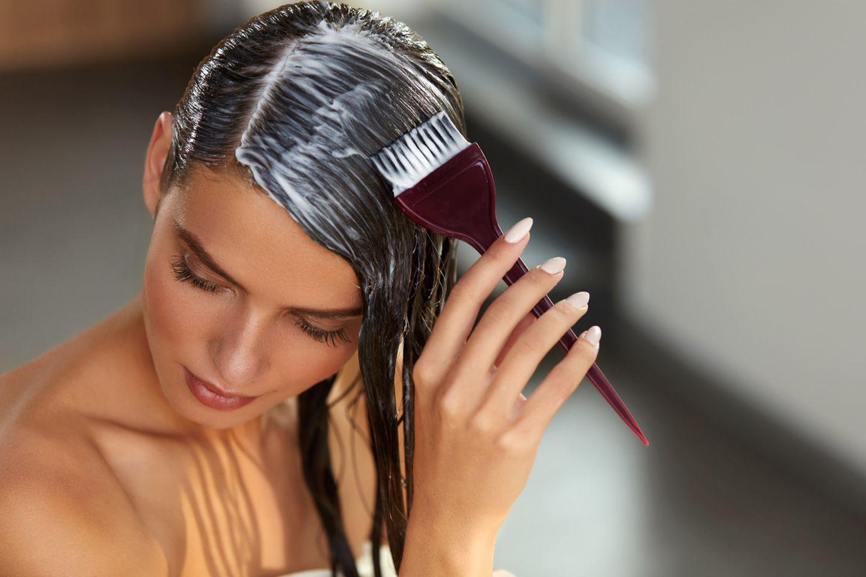 Haaransatz selber färben - wir erklären, wie es geht