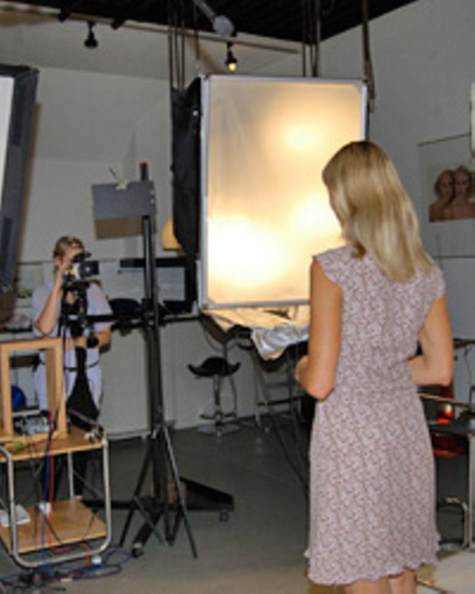 Im Foto-Studio über den Büroräumen macht Katja die Fotos für die Setcards