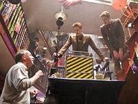 Regisseur David Yates gibt Oliver Phelps und James Phelps Regieanweisungen