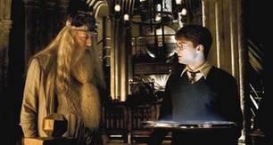 Professor Dumbledor (Michael Gambon) zeigt Harry (Daniel Radcliffe) im Denkarium Voldemorts Vergangenheit