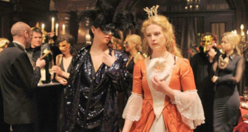 Gretchen (Diana Amft) auf der Kostümparty des Millionärs Alexis von Buren (Steffen Groth)