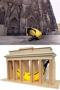 """oben: """"Wir lieben die Hohe Kirche"""", Aktion vor dem Hauptportal des Kölner Doms zum 750jährigen Jubiläum, 1998; unten: Thomas Baumgärtel: """"Banane im Brandenburger Tor"""", Projekt für Berlin, maßstabsgetreues Modell"""