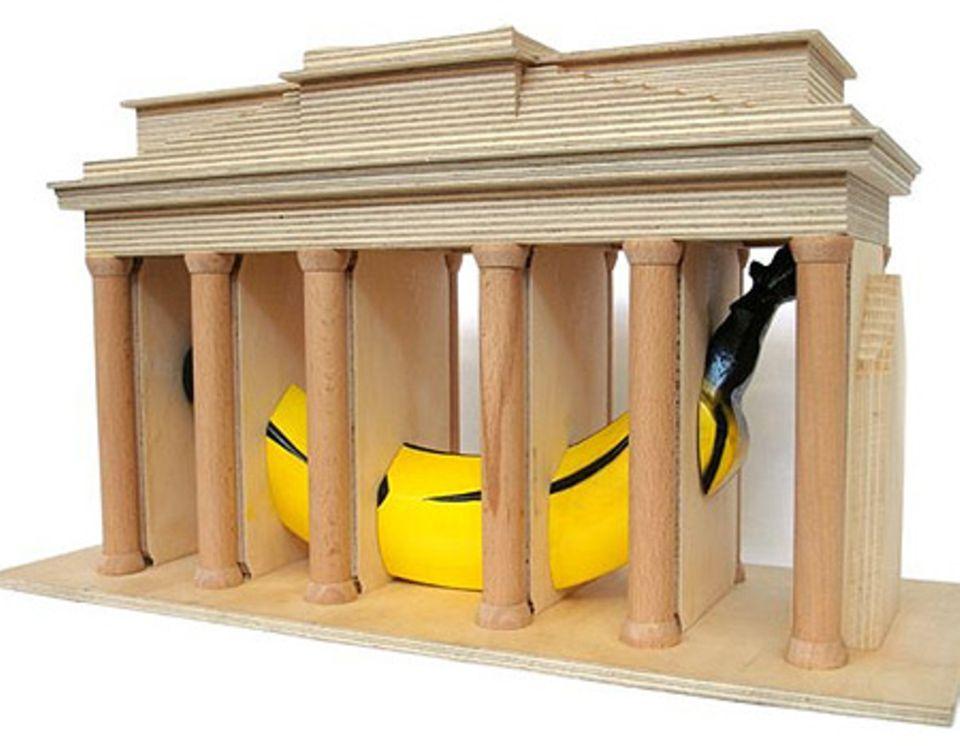 """Thomas Baumgärtel: """"Banane im Brandenburger Tor"""", Projekt für Berlin, maßstabsgetreues Modell"""