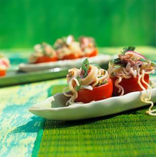 Gefüllte Tomaten mit asiatischem Nudelsalat