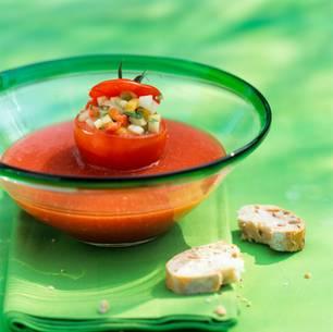 Gefüllte Tomatensuppe mit Gazpacho