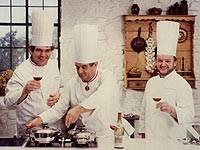 Rudolf Klingbiel (links) im Fernseh-Kochstudio mit Paul Bocuse (mitte).