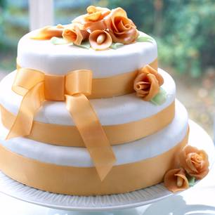 Hochzeitstorte selber backen: Torte mit Fondant-Blüten und -Schleifen