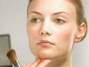 Make-up-Tutorial: Schminkschule: Markantes Kinn kaschieren