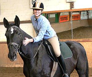 Die Reiterin muss noch üben, das Pferd hat seine Sache gut gemacht. Gelobt wird mit Klopfen.
