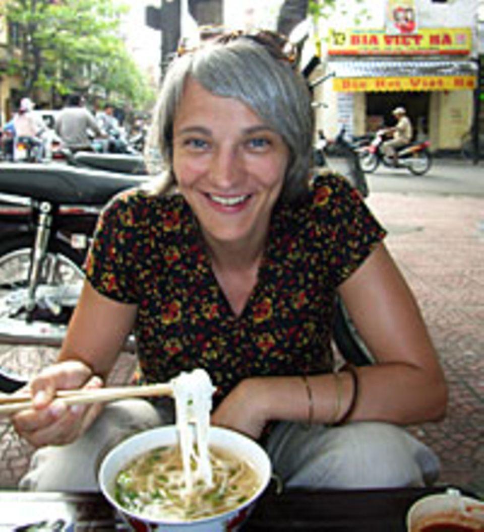 Bianca genießt das vietnamesische Nationalgericht: Nudelsuppe