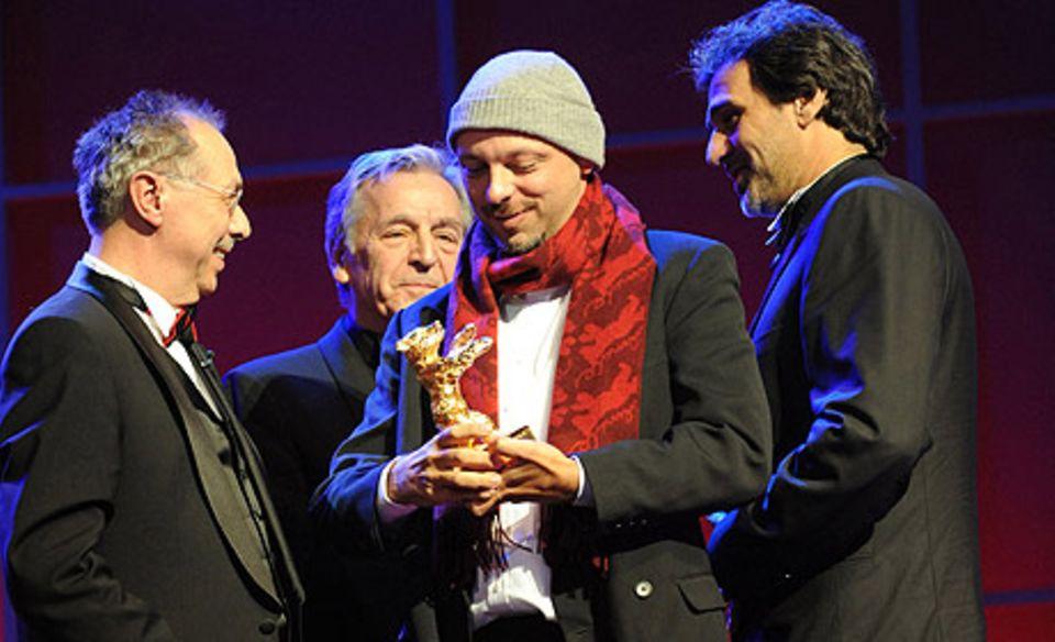 Regisseur José Padilha (M.) mit Festivalleiter Dieter Kosslick (l.), Jury-Präsident Constantin Costa-Gavras und Produzent  Marcos Prado (r.)