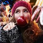 Frau auf dem Weihnachtsmarkt