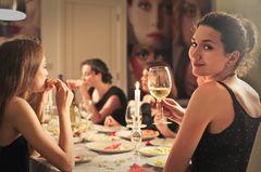 Frauen beim Dinner