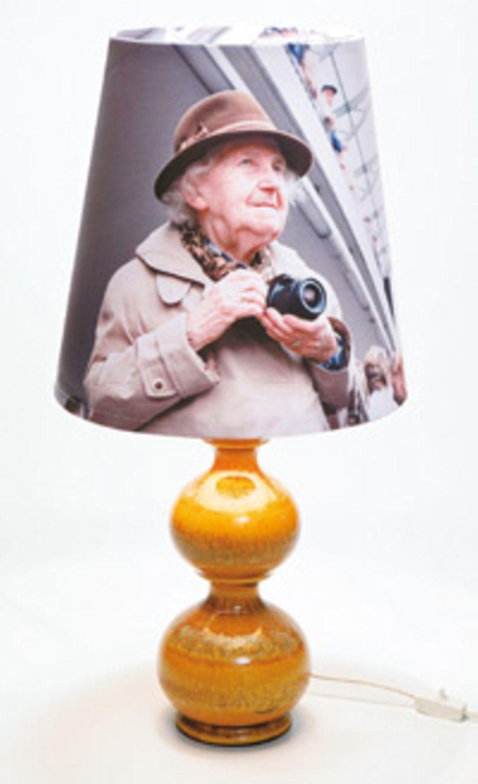 """Lampe Größere Copyshops können fast jede Art von Textil bedrucken und bieten auch Fahnenstoffe wie diesen an. Damit haben wir den Lampenschirm """"Fantsa"""" von Ikea (ca. 10 Euro) bespannt"""