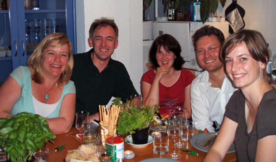Es hat geschmeckt: Autorin Julia (rechts) mit neuen Jumping-Dinner-Bekannten