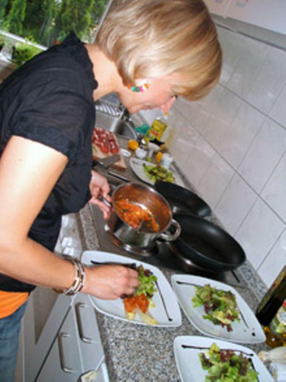 Vanessa bereitet den Salat vor