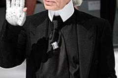 """Stilecht mit Sonnenbrille, Mozartzopf und """"silbernem Handschmuck""""."""