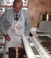 ausspucken. Tea-Taster Frank Pauls in Aktion.