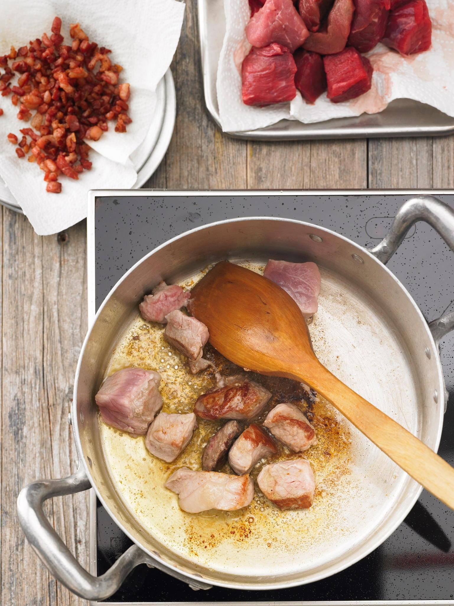 Fleisch für Gulasch vorbereiten