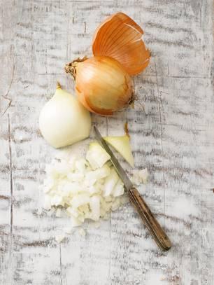 Zwiebeln für das Gulasch zubereiten