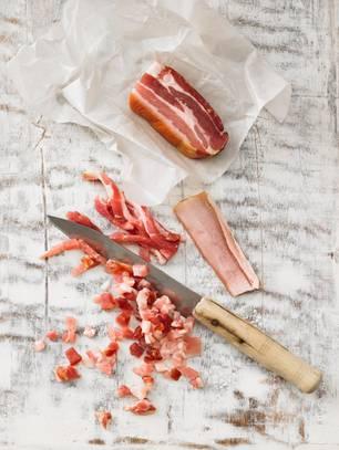 Gulasch mit Speck zubereiten