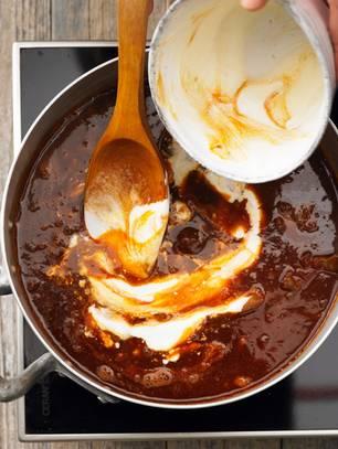 Gulasch mit Schmand abschmecken
