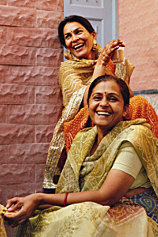 Veena und Rashmi Jhawar im Innenhof des Familiensitzes in Bikaner