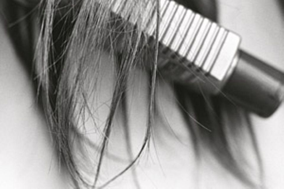 Haarausfall: Nur Haare, die nicht mehr von der Wurzel versorgt werden und ohnehin schon abgestorben sind, fallen beim Waschen aus
