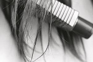 Haare: Nur Haare, die nicht mehr von der Wurzel versorgt werden und ohnehin schon abgestorben sind, fallen beim Waschen aus