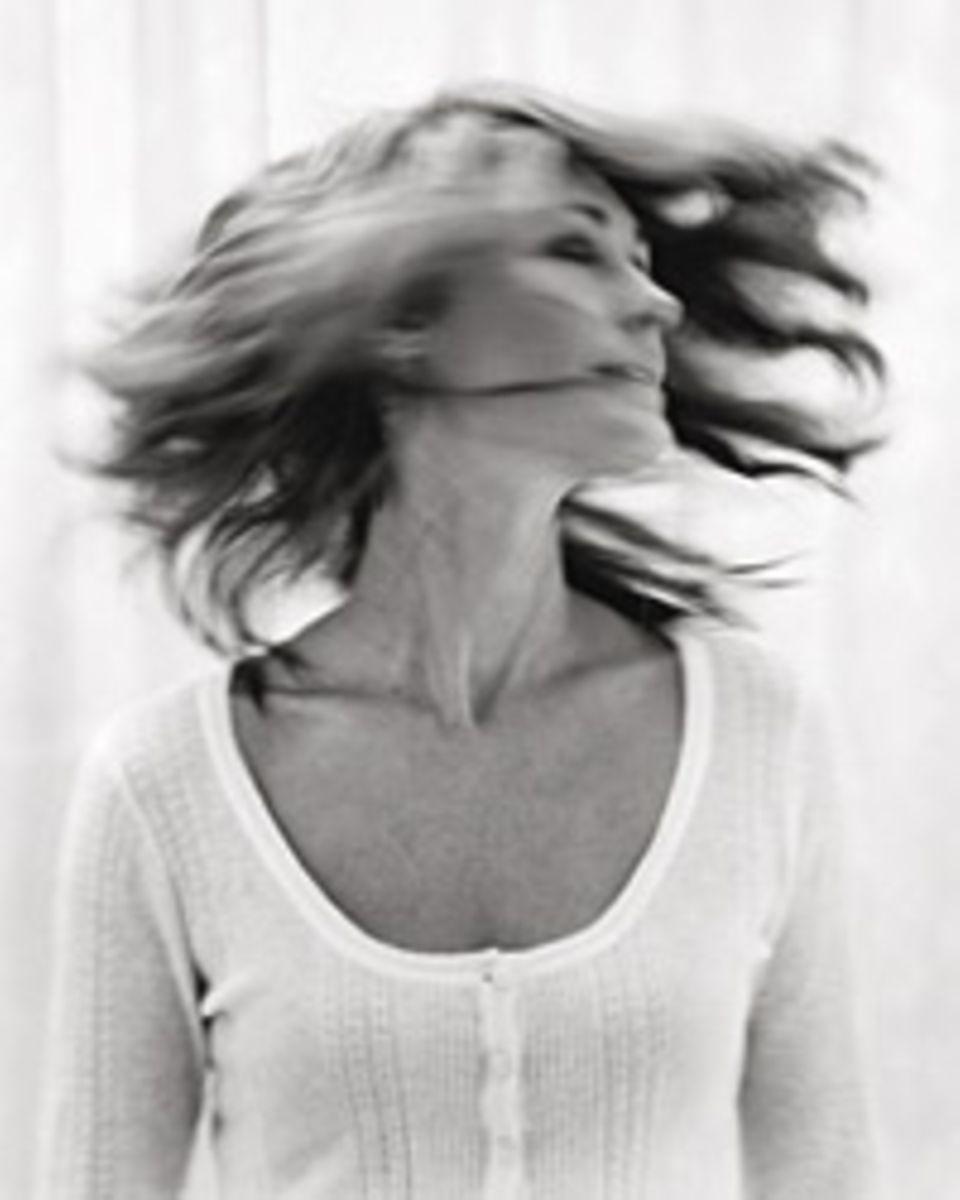 Haarausfall: Insgesamt sind etwa 10 bis 15 Prozent aller Frauen vom genetisch bedingten Haarausfall betroffen