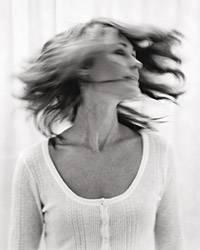 Haare: Insgesamt sind etwa 10 bis 15 Prozent aller Frauen vom genetisch bedingten Haarausfall betroffen