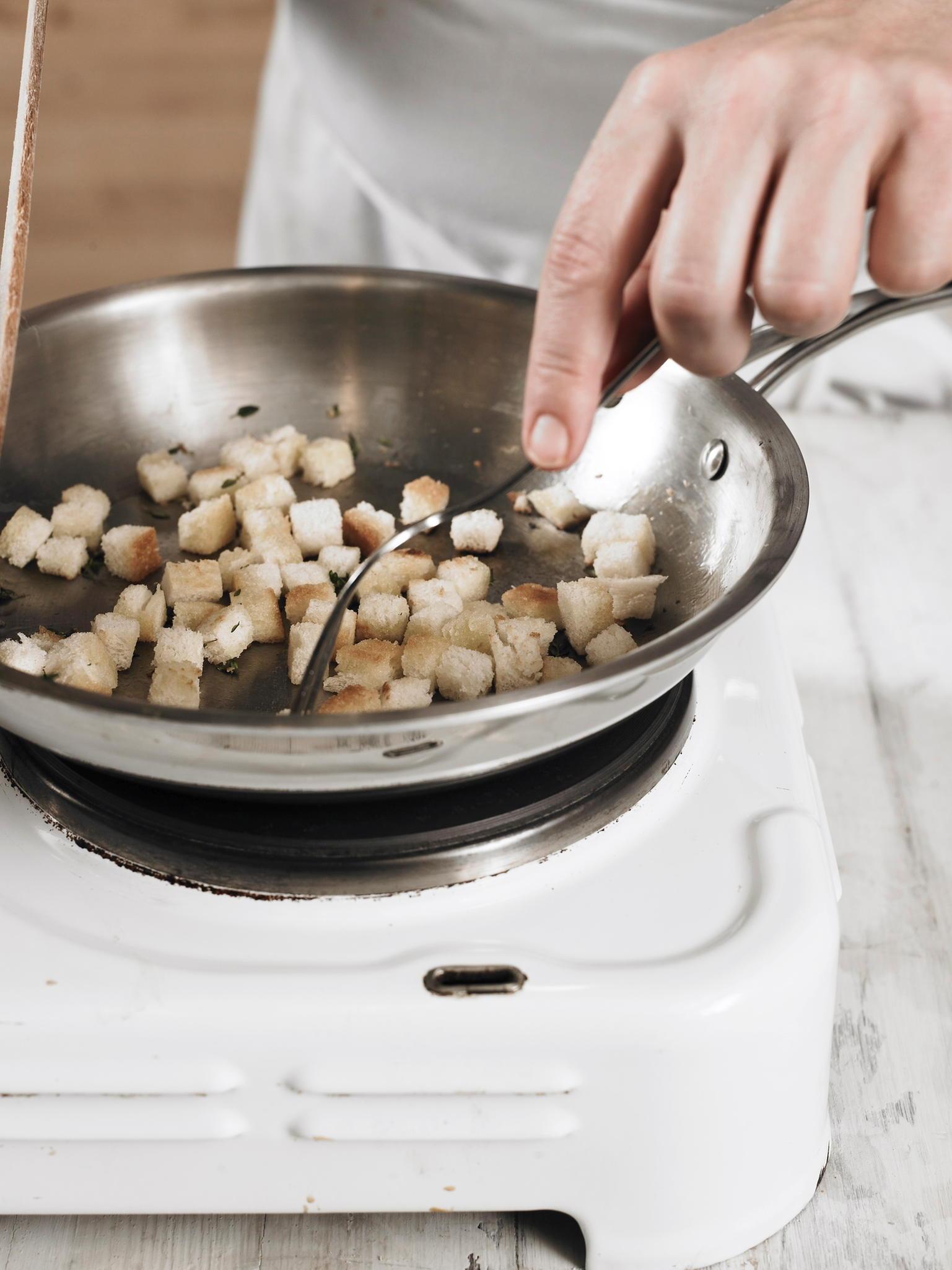 Croutons für Tomatensuppe zubereiten