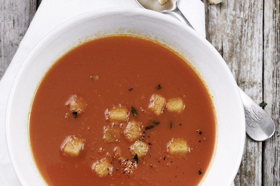 Tomatensuppe mit Crôutons und Sahne servieren