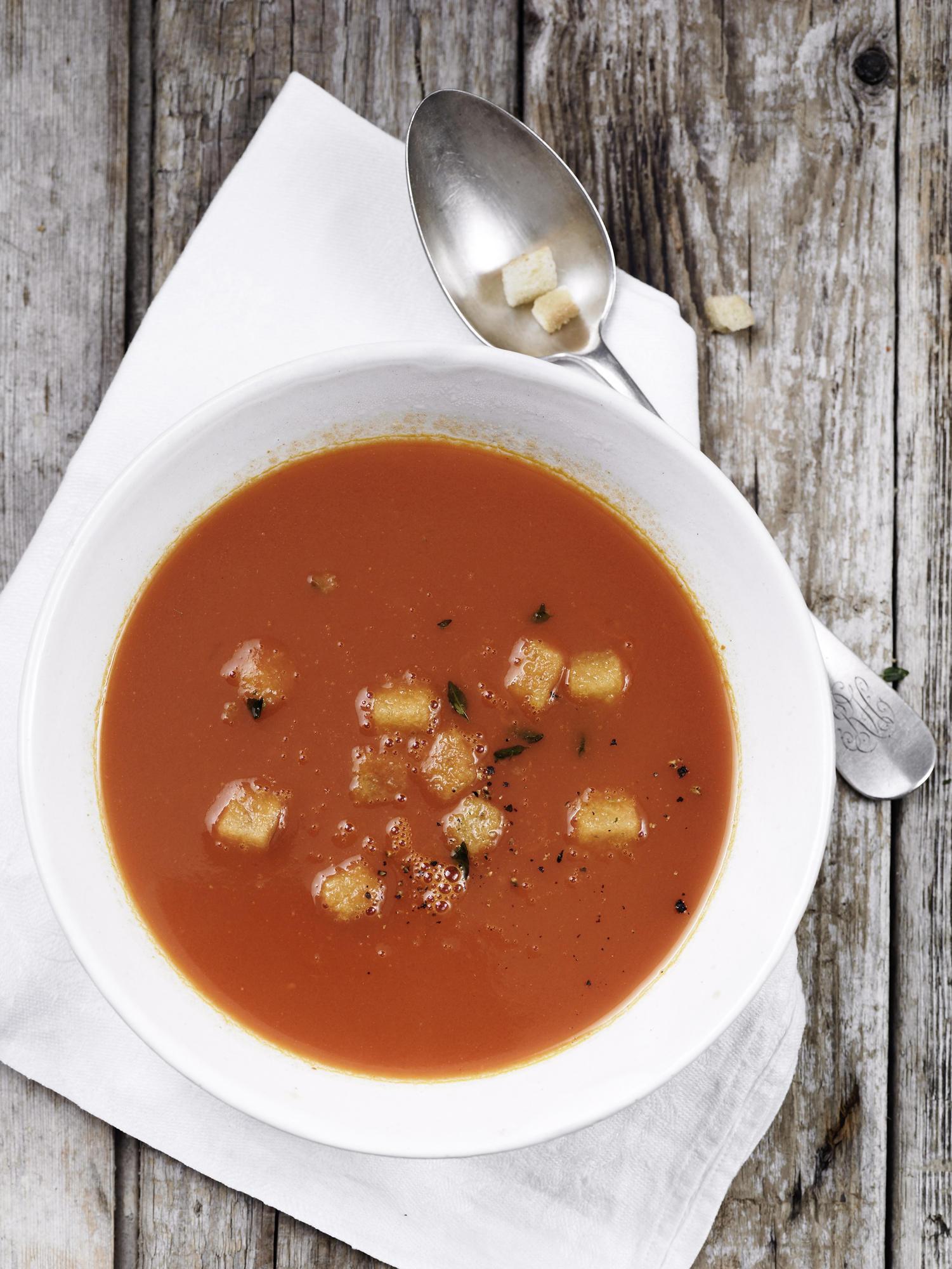 Tomatensuppe mit Sahne verfeinern