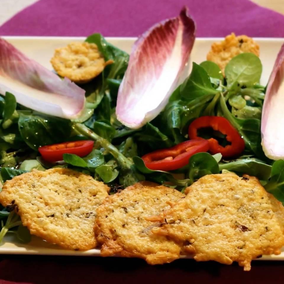 Herzhafte Parmesankekse mit Salat