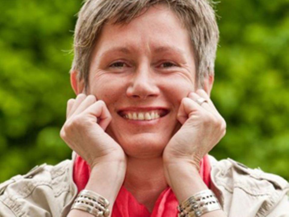 """Nicole Borheier (54) ist ein Ruhrpottkind und lebt mit ihrem """"Lebensmenschen"""", zwei Katzen und einem Hund auf dem Land bei Worms. Sie ist anglophil, lebt vegetarisch/vegan und arbeitet als Reiki-Lehrerin."""
