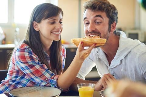 Männer essen in Anwesenheit von Frauen mehr Pizza