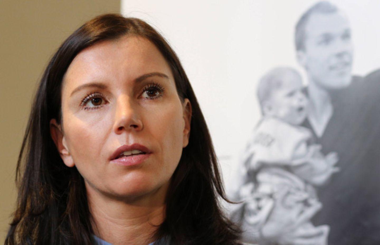 Sechs Jahre nach dem Tod ihres Mannes  Robert hat sich Teresa Enke zu seinen Depressionen geäußert.