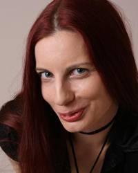 Pendler in der Bahn: Roswitha Pick (34) möchte die Welt mit Humor ein wenig besser machen. Unterstützt wird sie dabei von ihrem Lebenspartner Ron, ihren beiden Katzen und ihrem besten Freund Miguel. Sie veröffentlicht Gedichte und ist auf ihrem Blog gedankenteiler unterwegs.