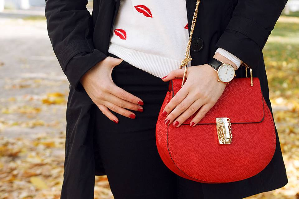 Persönlichkeit: Wie du deine Handtasche trägst, sagt eine Menge über dich aus