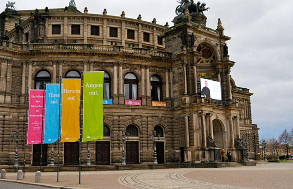 """Die Kulturinstitutionen Dresdens haben sich zur """"Initiative weltoffenes Dresden"""" zusammengeschlossen. Auch die Semperoper bekennt Farbe. Bei den Pegida-Demos auf dem Theaterplatz bleiben alle Lichter aus."""