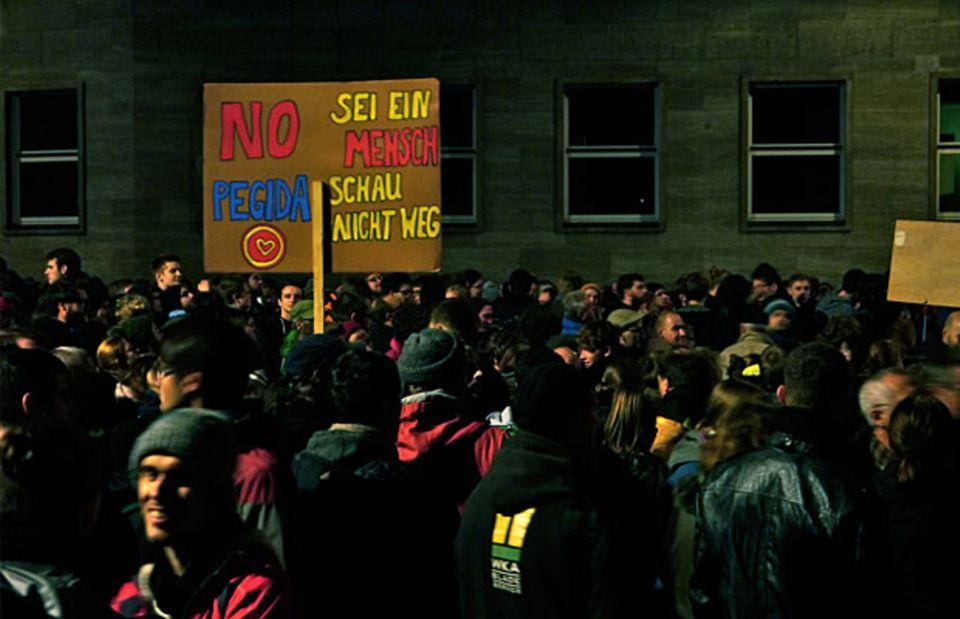 """Dresden kann auch anders: Bündnisse wie """"Herz statt Hetze"""" trommeln montags zur Gegendemo. Bisher sind es allerdings vor allem die Zugezogenen, die protestieren."""